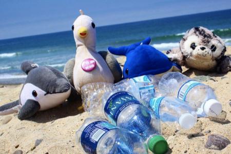 Shore Buddies und Plastikflaschen am Strand
